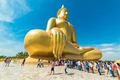 Panoramautsikten av folk tillber den stora Buddha Arkivbilder