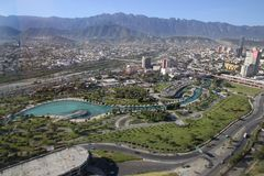 Panoramautsikten av fundidoraen parkerar i monterrey, Mexiko arkivfoton