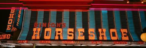 Panoramautsikten av hästskokasinot och neon undertecknar in Las Vegas, NV Arkivfoton