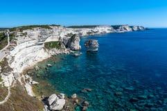 Panoramautsikten av klipporna av Bonifacio och kornet de Sobel i söderna av Korsika, att förbise lugnar blått medelhavs- royaltyfri foto