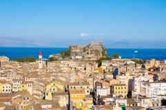 Panoramautsikten av Korfu den gamla staden med den gamla fästningen och den Sanka Spyridonen kyrktar i avståndet corfu greece Royaltyfri Foto