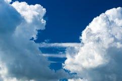 Panoramautsikten av ljus pittoresk vit fördunklar på bakgrund för blå himmel royaltyfria bilder