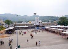 Panoramautsikten av lokalen av den Tirupati Balaji templet, Tirumala Royaltyfri Foto