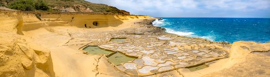 Panoramautsikten av Salt avdunstningdamm som kallas också salterns eller, saltar pannor som lokaliseras nära Qbajjar på den malte Arkivfoton