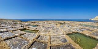 Panoramautsikten av saltar mänskligt för pannor som göras i Xwejni, Malta arkivbild