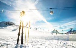 Panoramautsikten av skidar semesterorten och stolelevatorn i franska fjällängar Arkivfoto