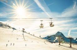 Panoramautsikten av skidar semesterortglaciären i franskt fjällängberg Arkivfoto