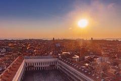 Panoramautsikten av staden och St Mark ` s kvadrerar på solnedgången i Ve arkivfoto