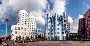 Panoramautsikten av tre futuristiska byggande Neue Zollhof som lokaliseras i massmedia, härbärgerar Royaltyfri Foto
