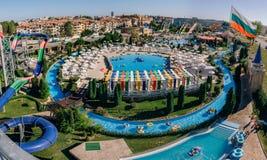 Panoramautsikten av vatten parkerar handling i Sunny Beach med nummer av glidbanor och simbassänger för barn och vuxna människor Arkivbild