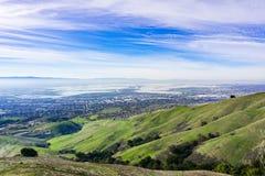 Panoramautsikten in mot södra San Francisco Bay från det Ed Levin länet parkerar, Milpitas & San Jose, Kalifornien arkivbilder