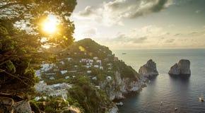 Panoramautsikten på Faraglioni vaggar från den Capri ön, Italien Arkivfoto