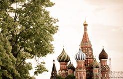 Panoramautsikten på Kreml för röd fyrkant för Moskva står högt, Kristus set Royaltyfri Bild