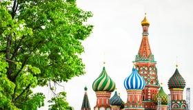 Panoramautsikten på Kreml för röd fyrkant för Moskva står högt, Kristus set Arkivbilder