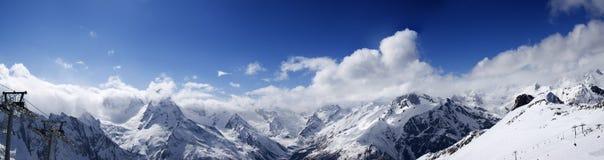 Panoramautsikten skidar på lutningen i trevlig soldag Arkivfoto