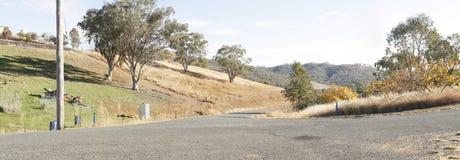 panoramautsikter av den torr gräs- torka slågna lantgården arkivbilder
