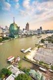 Panoramautsikter av floden och Bangkok från en hög poäng Arkivfoton