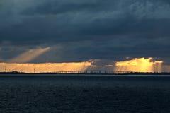 Panoramautsikter av kusten av staden av Brownsville, USA i dagen och i aftonen i de röda strålarna av solnedgången Juni 20 royaltyfria bilder