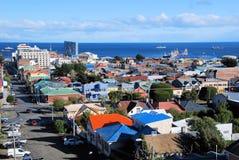 Panoramautsikter av Punta Arenas Chile in mot havet Royaltyfri Fotografi