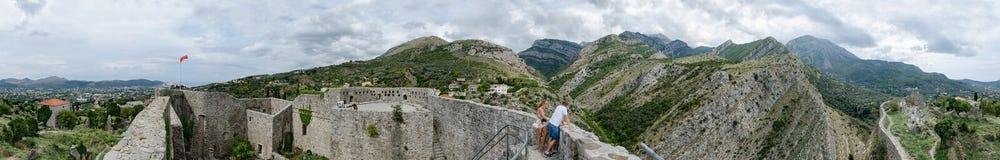 Panoramautsikter av väggar av den forntida fästningen i gammal stång och nytt Arkivbild