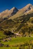 PanoramautsiktJaun passerande i simmentalen, fjällängar, Schweiz arkivfoto