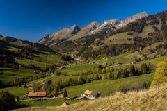 PanoramautsiktJaun passerande i simmentalen, fjällängar, Schweiz royaltyfri bild