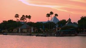 Panoramautsiktofofpyramid, resa in i fantasi, p? h?rlig solnedg?ngbakgrund p? Epcot i Walt Disney World omr?de lager videofilmer