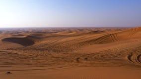 Panoramautsiktsanddyn och kullar i varm öken Vildmarkökenlandskap arkivfilmer