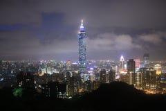 PanoramautsiktTaipei stad vid natten Taiwan royaltyfria foton