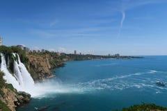 Panoramaview de cascade et de Lara Beach de Duden en Turquie Photographie stock libre de droits