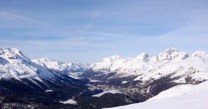 Panoramawinterberglandschaft mit Spitzen und den Seen nahe St Moritz im Hintergrund stockfotografie