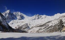 Panoramawintersaison mit Schnee Stockfotografie