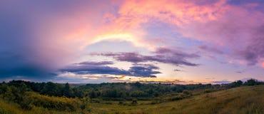Panoramazonsondergang na streng regenonweer met dramatische wolken royalty-vrije stock foto's