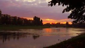 Panoramazonsondergang op de rivier in Uzghorod stock videobeelden