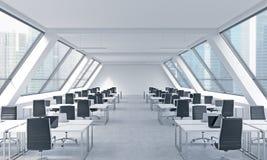 一个明亮的现代露天场所的工作场所向高处发射办公室 现代膝上型计算机和黑椅子装备的白色桌 新加坡panorami 免版税库存照片