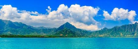 Panoramia da lagoa tropical e montanhas luxúrias e o oceano dentro Imagem de Stock