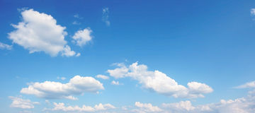 Panoramic blue sky with cumulus clouds Stock Photography