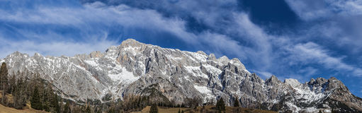 Panoramic view of idyllic winter wonderland with mountain tops i Stock Photos
