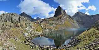 Panoramic view with a mountain lake d'Arrious Royalty Free Stock Images