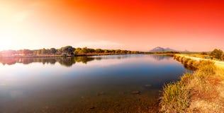 Panoramica ad alba di un allungamento dello stagno di Petrosu, Orosei sardinia immagini stock