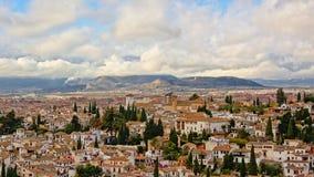 Panoramica aerea della vicinanza di Albayzin, Granada, sul da nuvoloso Immagini Stock Libere da Diritti