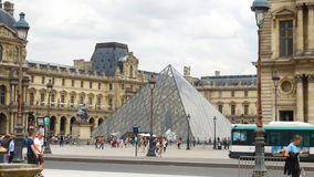 Panoramica al museo del Louvre fotografie stock