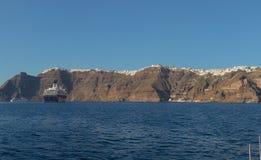 Panoramica av firaen, santorinisikt av havet med kryssningar Arkivfoton