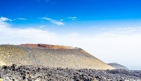 Panoramica dei crateri di Silvestri sul vulcano di Etna Il più alto vulcano di Europa ancora nell'attività fotografia stock libera da diritti