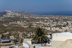Panoramica del paesaggio di Santorini dalla collina Immagine Stock