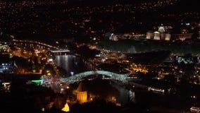 Panoramica del ponte del pezzo su Mtkvari il fiume Kura alla notte Tbilisi, Georgia archivi video