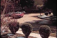 Panoramica del taxi che si ferma davanti alla casa video d archivio
