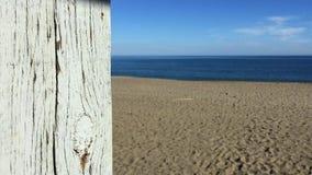 Panoramica della cabina del bagnino sopra la spiaggia video d archivio
