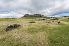 Panoramica 2 della cava del vulcano di Rano Raraku dei moais fotografie stock