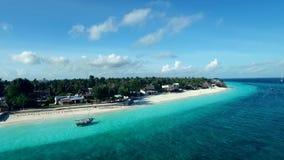 Panoramica della costa, barche, Zanzibar soleggiata, Tanzania, aerea archivi video